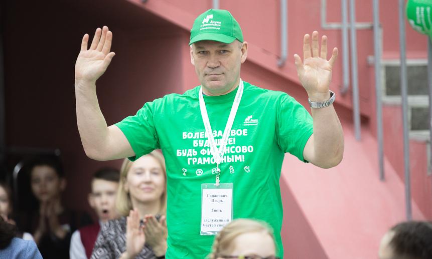 Гость игры— многократный чемпион мира похоккею смячом Игорь Гапанович.